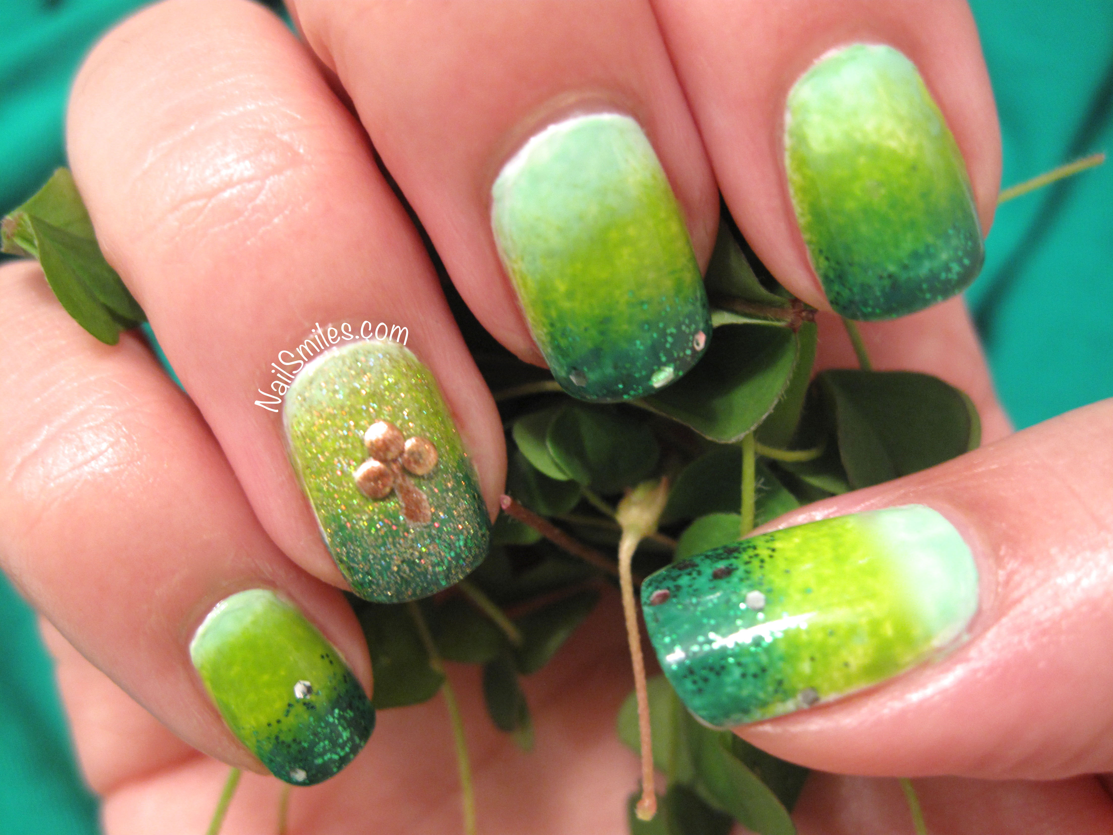 Happy St. Patrick\'s Day! Green Gradient with Golden Shamrock   Nail ...