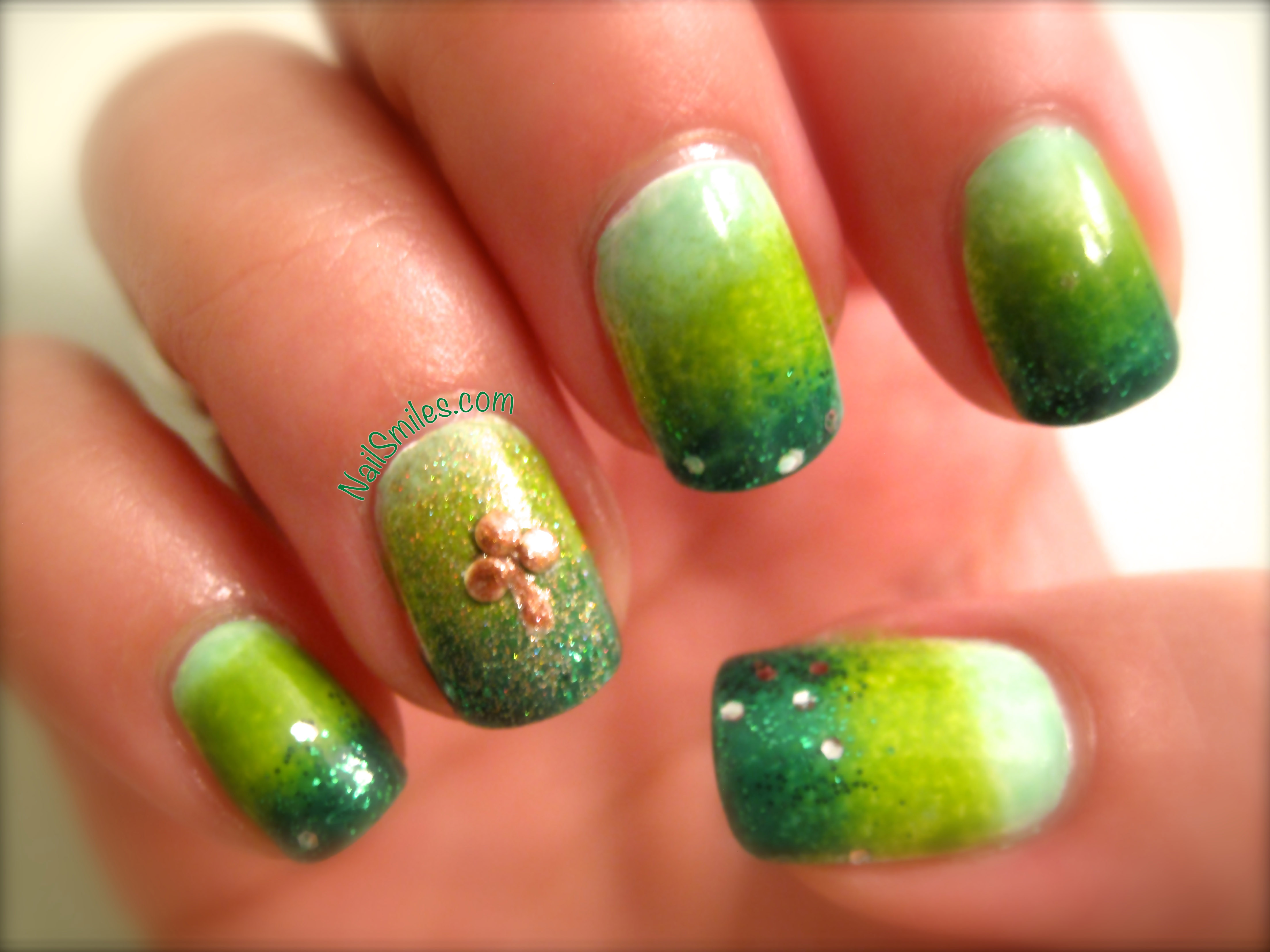 Happy St. Patrick\'s Day! Green Gradient with Golden Shamrock | Nail ...